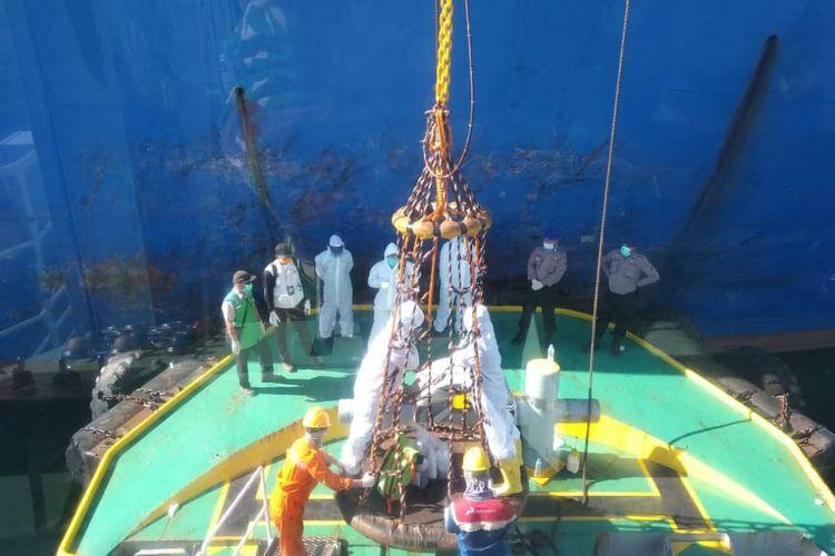 Petugas saat pengambilan sampel awak kapal tanker di Laut Muntok, Bangka Barat.