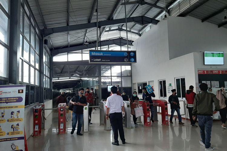 Penumpang commuterline tiba di stasiun Rangkasbitung, Selasa (5/5/2020.