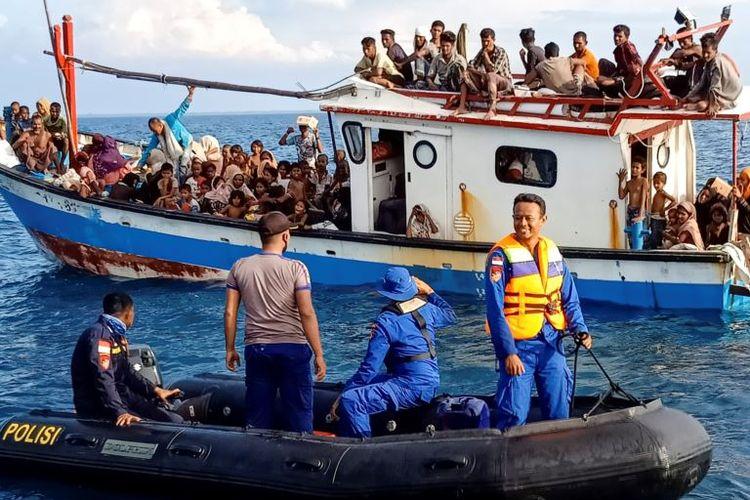 Pengungsi Rohingya yang diselamatkan oleh nelayan dan kapal patroli di dekat pantai Seunuddon, Aceh Utara, 24 Juni 2020.