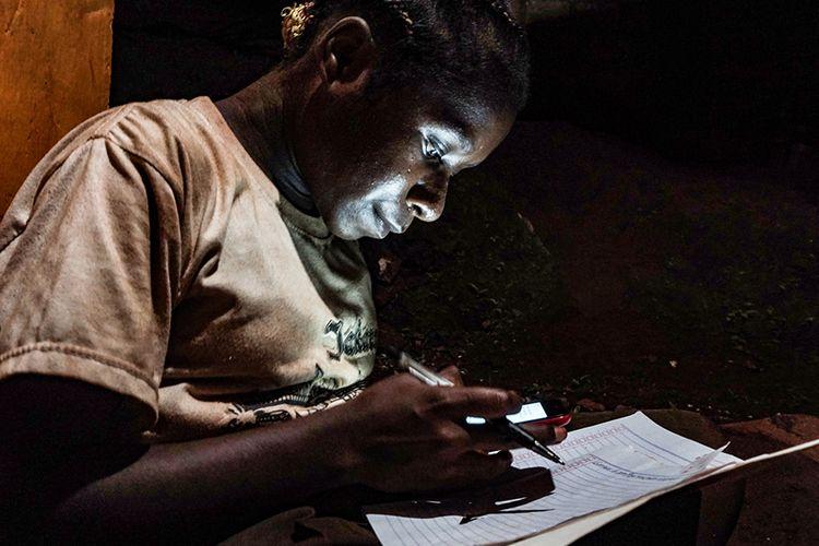 Hagar Kegiye (12 tahun) mengerjakan tugas sekolah di kios layanan internet, Kota Jayapura, Papua, Minggu (9/8/2020). Siswi kelas VI SD Inpres Bhayangkara, Jayapura Utara mengaku tidak memiliki kuota internet di telepon selulernya, sehingga mengharuskan dirinya menyewa layanan internet pada salah satu kios di Bhayangkara, Jayapura Utara.