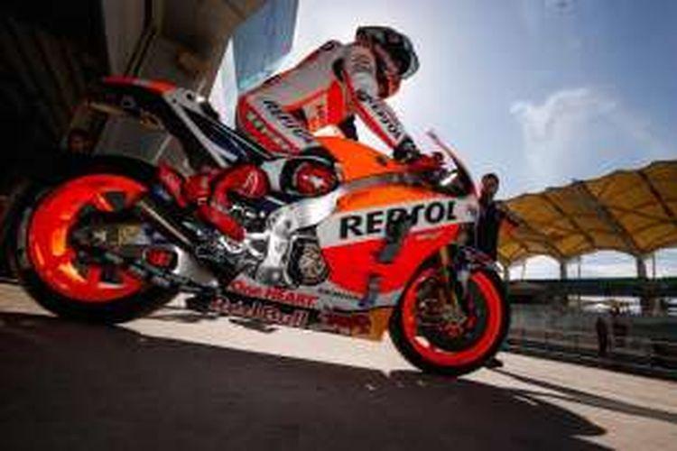 Pebalap Repsol Honda asal Spanyol, Marc Marquez, bersiap meninggalkan paddock Sirkuit Sepang, Malaysia, pada hari pertama tes pramusim MotoGP 2016, Senin (1/2/2016).