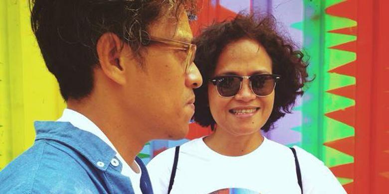 Mira Lesmana dan Riri Riza meniru pose Rangga dan Cinta pada poster film Ada Apa dengan Cinta? (AADC?).