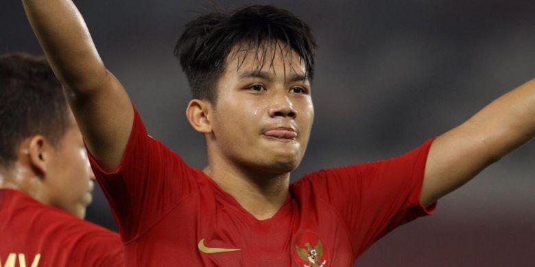 Pemain timnas U-19 Indonesia Witan Sulaeman merayakan golnya ke gawang UEA dalam laga lanjutan Grup A Piala Asia U-19 di Stadion Utama Gelora Bung Karno, Jakarta, Rabu (24/10/2018).