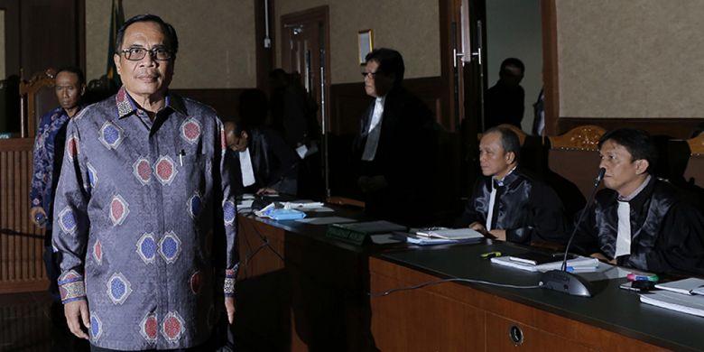 Terdakwa mantan Dirjen Kependudukan dan Pencatatan Sipil Kementerian Dalam Negeri, Irman menjalani sidang perdana kasus dugaan korupsi pengadaan paket penerapan e-KTP di Pengadilan Tipikor, Jakarta, Kamis (9/3/2017). KPK menduga ada perbuatan melawan hukum dan atau penyalahgunaan wewenang yang mengakibatkan kerugian negara terkait pengadaan proyek KTP elektronik dengan potensi kerugian negara mencapai Rp 2,3 Triliun.
