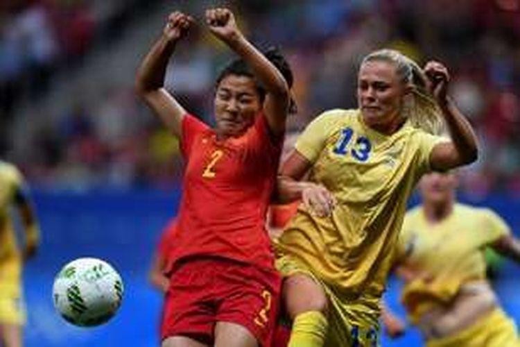 Liu Shanshan (China) dan Fridolina Rolfo (Swedia) berduel saat kedua tim pertemu pada pertandingan terakhir fase grup sepak bola putri Olimpiade Rio 2016, Selasa (9/8/2016).