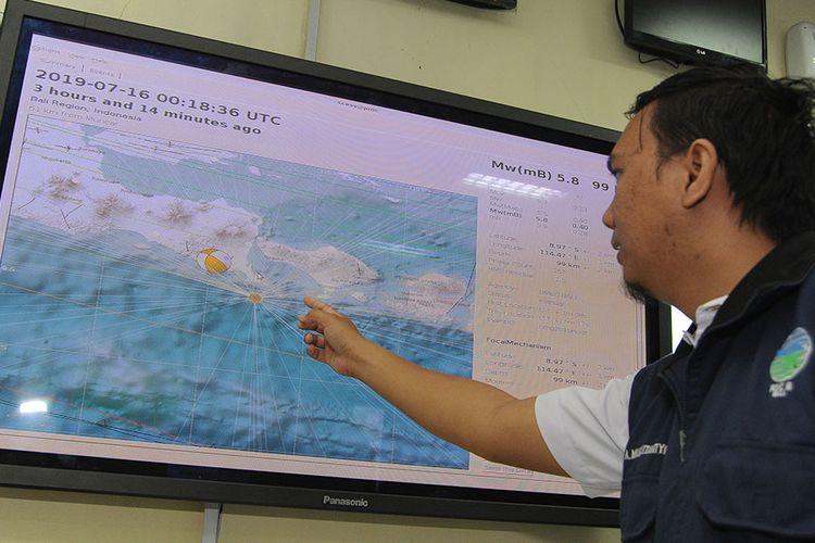 Petugas memberikan penjelasan terkait gempa bumi yang terjadi di Pulau Bali, di Balai Besar Meteorologi Klimatologi dan Geofisika Wilayah 3 Denpasar, Bali, Selasa (16/7/2019). BMKG memutakhirkan data gempa bumi tektonik yang awalnya memiliki kekuatan M 6 menjadi M 5,8 di laut dengan jarak 80 km arah Selatan Negara, Jembrana, Bali, pada kedalaman 104 kilometer yang mengakibatkan sejumlah bangunan dilaporkan mengalami kerusakan. ANTARA FOTO/Fikri Yusuf/aww.