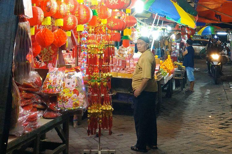 Salah satu lapak sederhana pedagang angpao musiman di kawasan Pasar Lama, Tangerang, Banten.