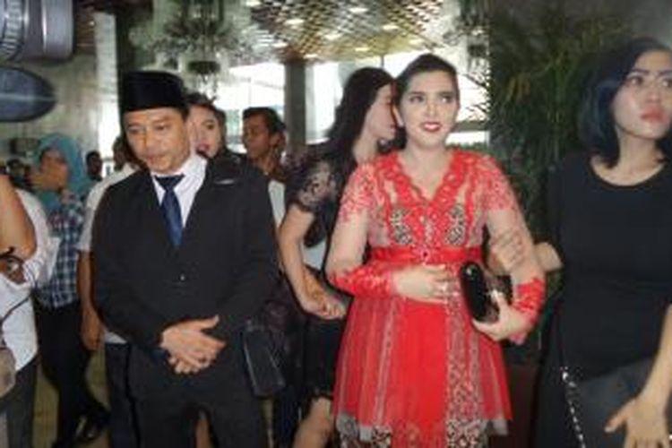 Artis musik yang menjadi anggota DPR RI 2014-2019 dari Partai Amanat Nasional (PAN), Anang Hermansyah, bersama istrinya, penyanyi Ashanty, berada di kompleks Gedung DPR RI, Senayan, Jakarta, Rabu (1/10/2014), usai pelantikan para anggota DPR RI 2014-2019.