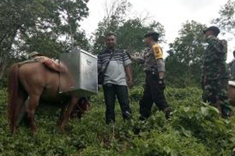 Distribusi Logistik ke Kecamatan Tempurejo, Kabupaten Jember ditempuh menggunakan kuda dan berjalan kaki karena kesulitan medan