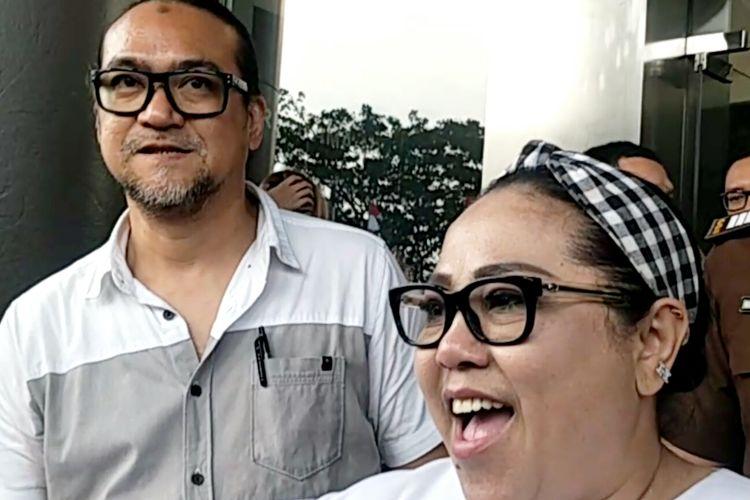 Komedian Nunung dan sang suami July Jan Sambiran di Kejaksaan Negeri Jakarta Selatan, Kamis (12/9/2019).