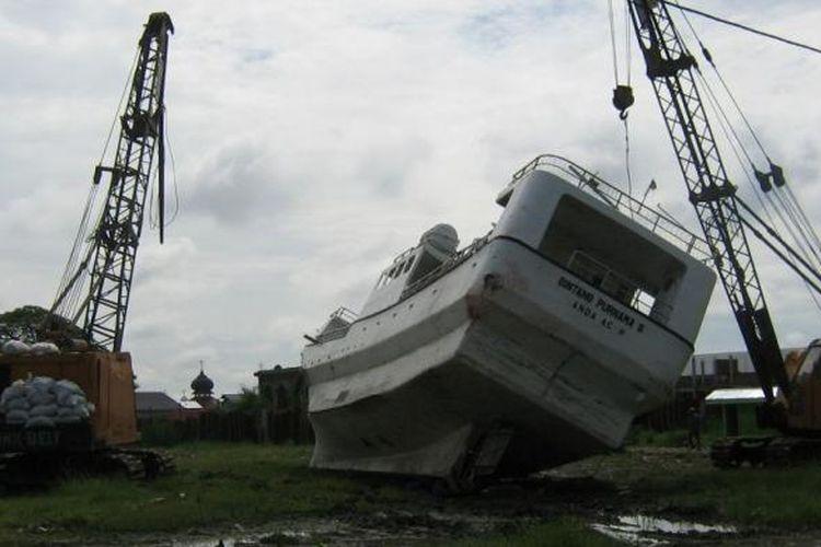 Sebuah kapal terdampar di lapangan yang jauh dari laut setelah tersapu tsunami Aceh, 26 Desember 2004 silam. Foto diambil setahun setelah kejadian.