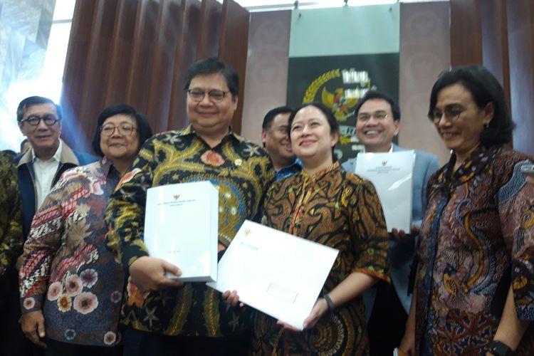 Penyerahan Draft RUU Omnibus Law Cipta Kerja oleh pemerintah ke DPR RI di Jakarta, Rabu (12/2/2020).