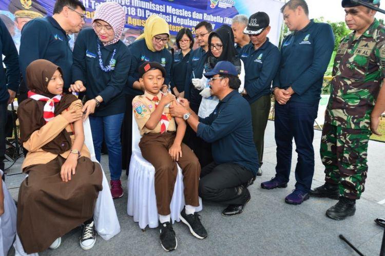 Gubernur Kepri Nurdin Basirun melakukan vaksin campak MR perdana di salah satu SD Negeri di Kabupaten Karimun, Rabu (1/8/2018).