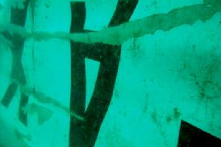 This handout image released by Indonesia's National Search And Rescue Agency (BASARNAS) on January 7, 2015 shows images believed to be of wreckage of ill-fated AirAsia flight QZ8501, photographed by divers working in the Java Sea. Indonesia said on January 7, 2015 it had found the tail of AirAsia Flight QZ8501, potentially marking a major step towards locating the plane's black boxes and helping shed light on what caused it to crash into the sea ten days ago.    AFP PHOTO / BASARNAS