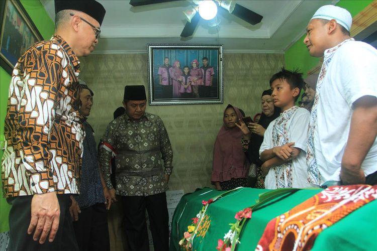 Gubernur Sumatera Selatan ketika mengunjungi kediaman WJ (14)siswa SMA Taruna Indonesia yang diduga menjadi korban kekerasan, Sabtu (20/7/2019).