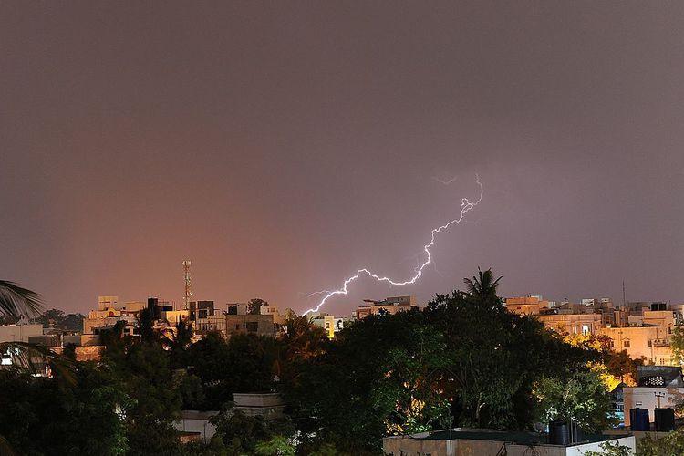 Ilustrasi kilatan petir yang terjadi di kota Hyderabad, India. Gambar diambil pada 2016.