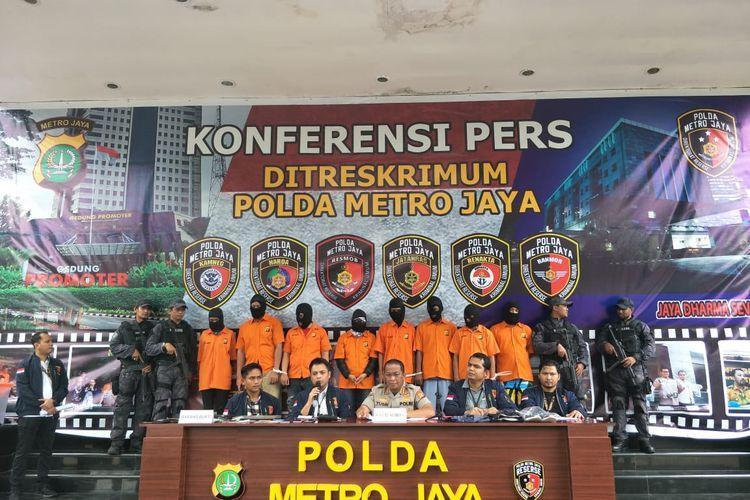 Subdit Jatanras Ditreskrimum Polda Metro Jaya menangkap 8 tersangka terkait kasus pembobolan rekening melalui nomor telepon seluler milik wartawan senior, Ilham Bintang. Foto diambil saat konferensi pers di Polda Metro Jaya, Jakarta Selatan, Rabu (5/2/2020).