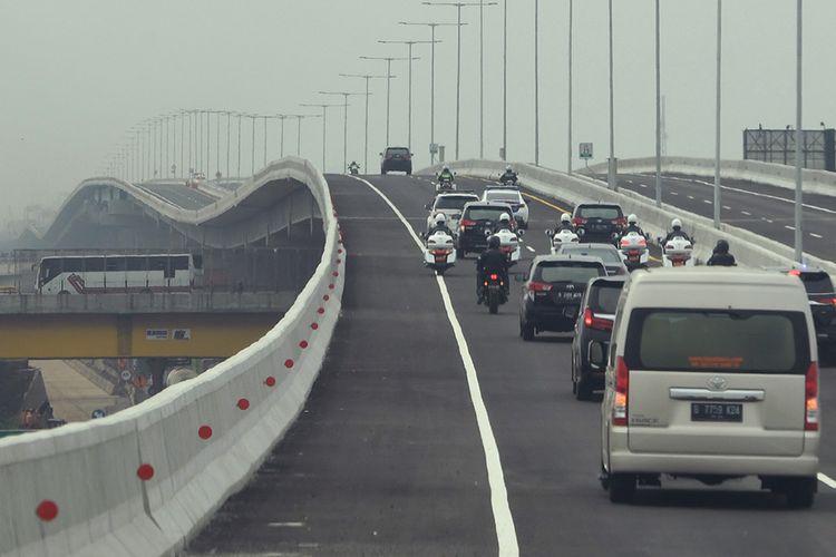 Iring-iringan kendaraan yang membawa Presiden Joko Widodo melintasi Jalan Tol Layang Jakarta-Cikampek usai diresmikan di Bekasi, Jawa Barat, Kamis (12/12/2019). Jalan tol tersebut akan dibuka untuk mendukung arus lalu lintas libur Natal 2019 dan Tahun Baru 2020.