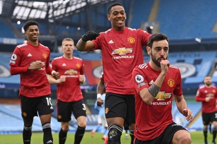 Bruno Fernandes (depan) merayakan gol bersama rekan satu timnya pada laga pekan ke-28 Liga Inggris yang mempertemukan Man City vs Man United di Stadion Etihad, Minggu (7/3/2021) malam WIB.