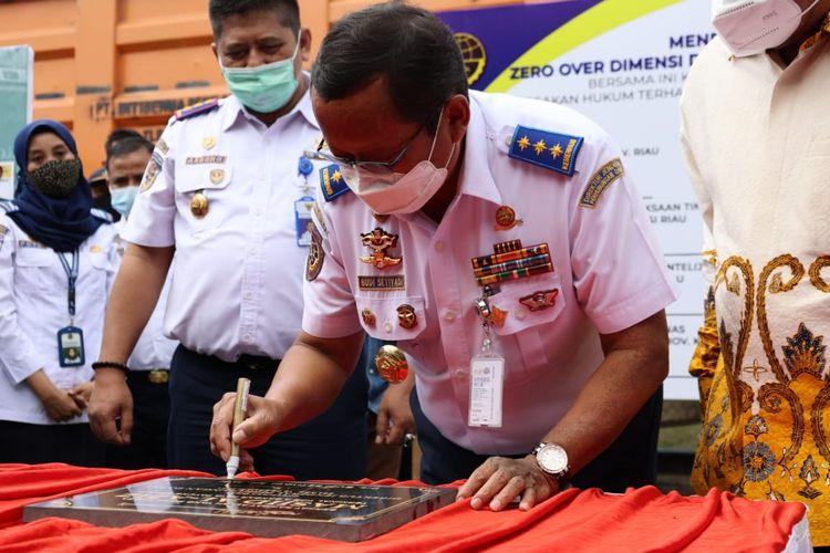Pemotongan truk ODOL di Riau oleh Kementerian Perhubungan