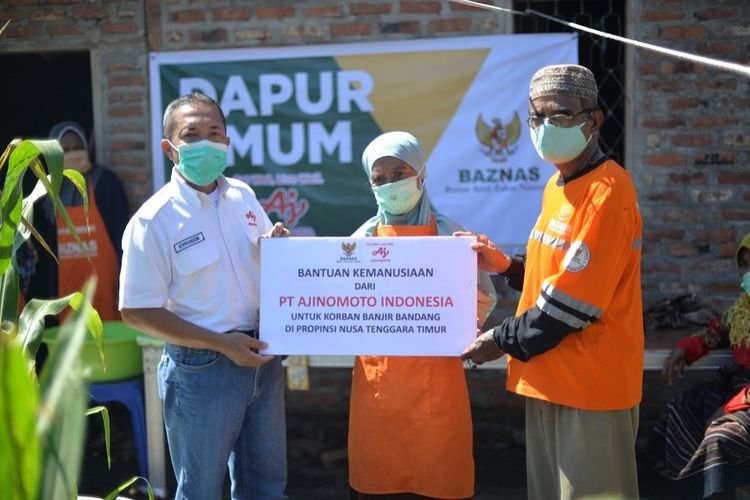 Ajinomoto Indonesia Group bersama Baznas menyerahkan bantuan senilai Rp 130 juta kepada korban banjir bandang di NTT