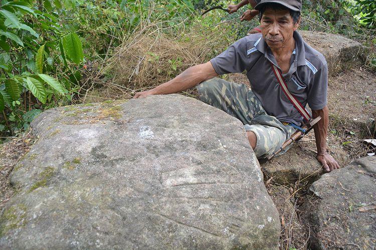 Situs jejak kaki laki-laki dan perempuan asal Minangkabau yang diukir di batu besar di perkampungan Runa, Desa Sukakiong, Kecamatan Kuwus, Kabupaten Manggarai Barat, Flores, NTT, Senin (5/8/2019). Ini bukti sejarah bahwa leluhur orang Runa berasal dari Minangkabau. Sepasang suami istri mengukir kaki mereka di batu.