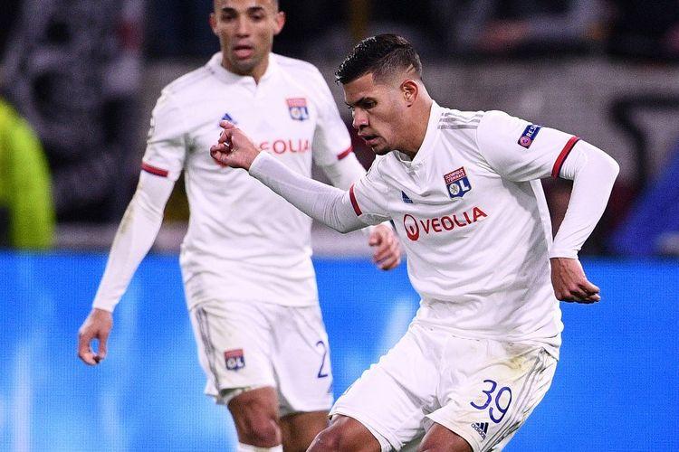 Gelandang Olympique Lyon, Bruno Guimaraes, beraksi pada laga leg pertama babak 16 besar Liga Champions kontra Juventus di Parc Olympique Lyonnais pada 26 Februari 2020.