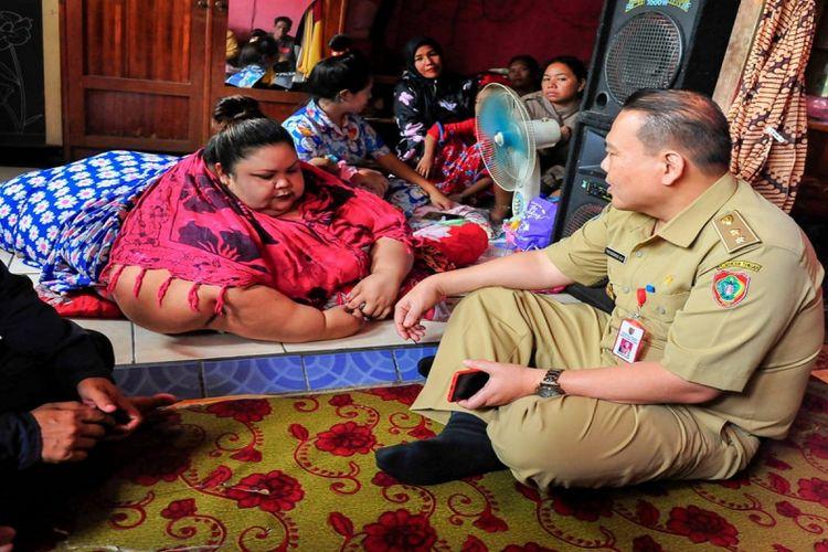 Dokter bersama tim memberikan informasi serta penjelasan kepada Titi Wati di kediamannya