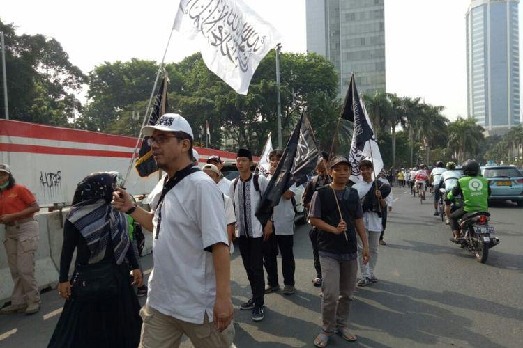 Massa yang mengatasnamakan mujahid 212 selamatkan NKRI mulai berdatangan. Mereka berkumpul di bundaran Hotel Indonesia (HI) sebelum melakukan unjuk rasa di Istana Negara, Jakarta Pusat, Sabtu (28/9/2019).
