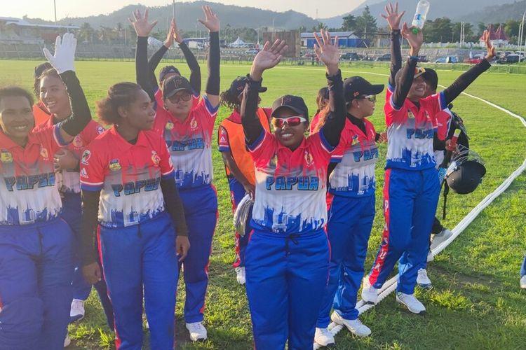 Tim Cricket Putri Papua merayakan kemenangannya atas tim Bali dan menyumbangkan emas pertama bagi kontingen PON Papua, Jayapura, Papua, Minggu (26/9/2021)