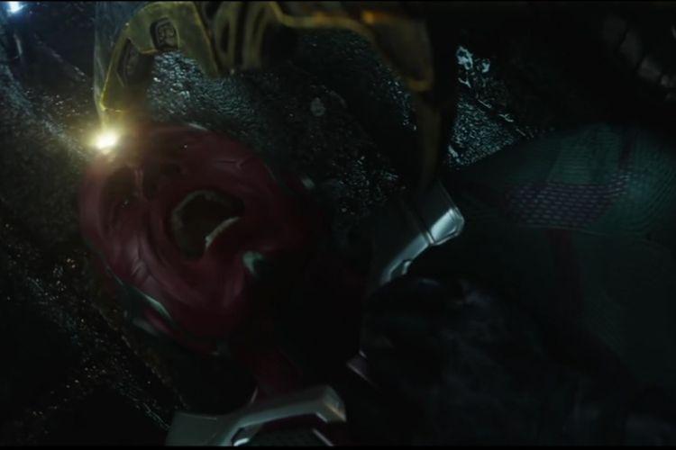 Vision tampak terdesak oleh tombak sakti milik Corvus Glaive dalam Avengers: Infinity War. Corvus Gtlaive sepertinya berusaha mengambil Mind Stone, salah satu Infinity Stone yang tertanam dalam kening Vision untuk diserahkan kepada Mad Titan Thanos.