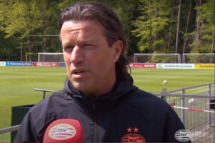 Pelatih kepala sementara PSV Eindhoven, Ernest Faber, saat  wawancara di komplek latihan klub, Brabant Utara, Belanda, Senin (4/5/2020), waktu setempat.