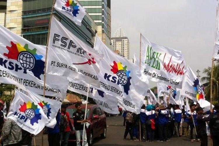 Sekitar 3.000 buruh yang tergabung dalam Konfederasi Serikat Pekerja Indonesia (KSPI) kembali melakukan aksi unjuk rasa di Bundaran Hotel Indonesia, Jakarta Pusat, Kamis (2/10/2014).