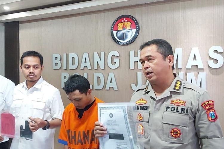 RS (tengah), Pembina Pramuka diamankan tim Ditreskrimum Polda Jatim
