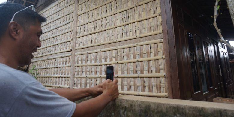 Dinding rumah adat Using di Desa Kemiren, Banyuwangi, Jatim, yang menggunakan anyaman bambu.