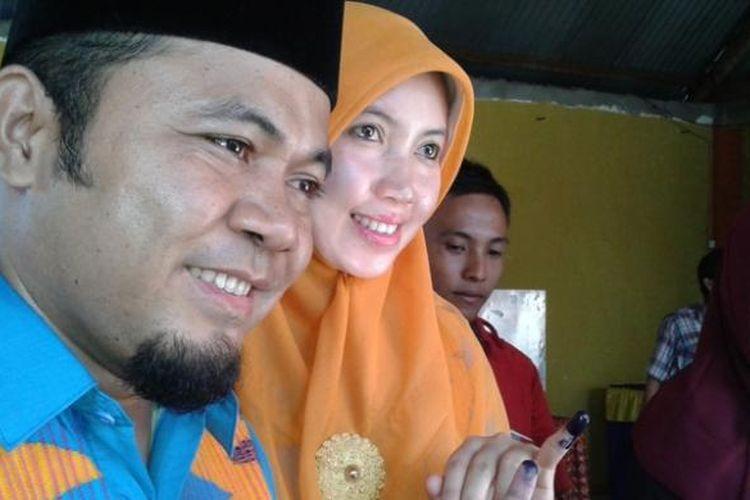 Wali Kota Bengkulu, Helmi Hasan didampingi istri usai mencoblos