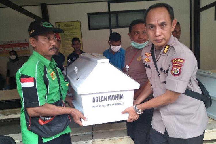 Jenazah korban bencana banjir bandang di Sentani, Kabupaten Jayapura, Papua, yang telah berhasil diidentifikasi akan diserahkan kepada pihak keluarga, Minggu (17/3/2019).
