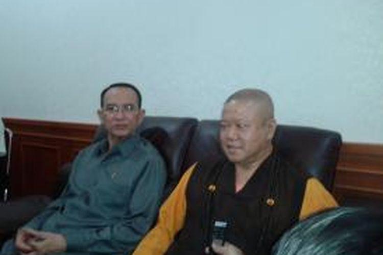 Menteri Agama Suryadharma Ali dan Kepala Vihara Ekayana Buddhist Center Bhikku Arya Maitri Mahatera saat memberikan keterangan terkait bom yang meledak di Vihara Ekayana, Senin (5/8/2013)