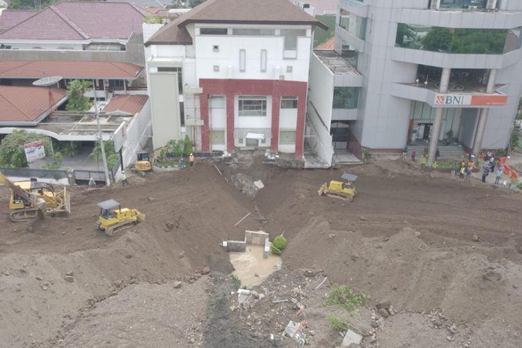Jalan Raya Gubeng Surabaya sudah mulai tersambung setelah diberi tumpukan pasir, Minggu (23/12/2018). Tahapan selanjutnya adalah pemasangan site pile untuk penguatan dan pengamanan tanah.