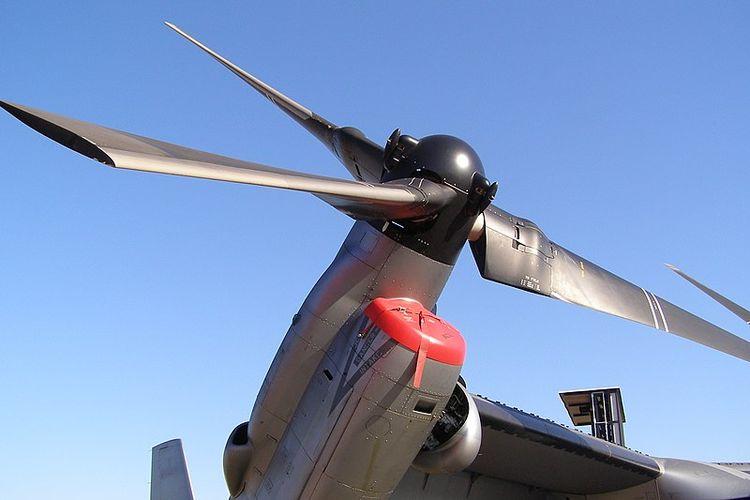 Rotor/baling-baling Bell MV-22 Osprey di ujung sayap, yang bisa diputar ke depan dan ke atas.