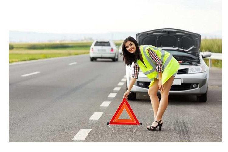 Ilustrasi Pasang Segitiga Pengaman ketika Mobil Berhenti di Pinggir Jalan