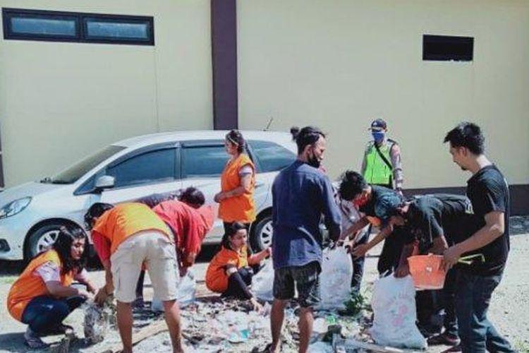 Para pelanggar PSBB di Sidoarjo saat menjalani sanksi membersihkan Polresta Sidoarjo.
