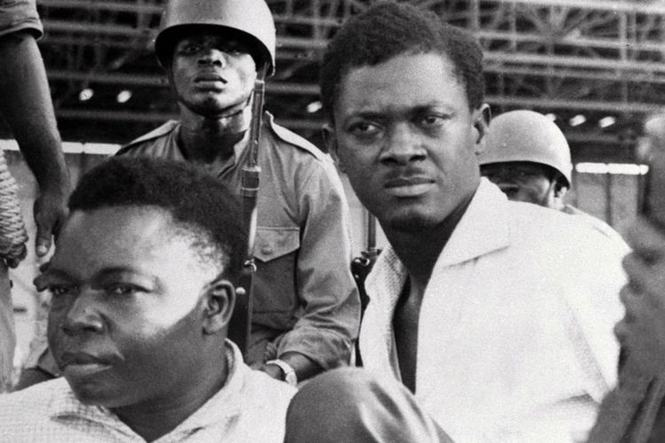 Mendiang Perdana Menteri Kongo Patrice Lumumba (tengah).