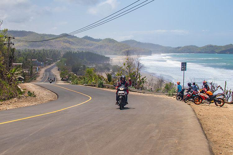Pantai Soge Pacitan yang menawan di tepi jalur lintas selatan.