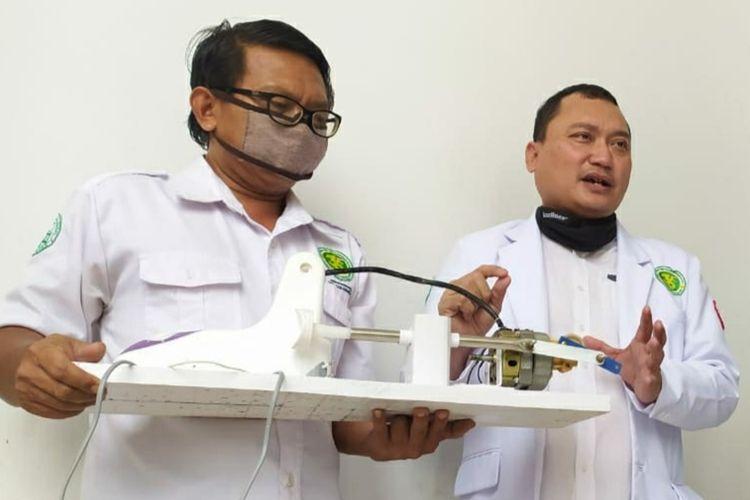 Prototipe ventilator ciptaan dokter RSI Banjarnegara, Jawa Tengah, Agus Ujianto (kanan) dan asistennya, M Arif Ali Hidayat.