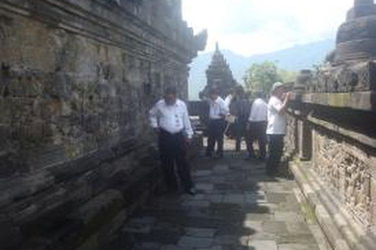 Tim Balai Konservasi Borobudur sedang melakukan penelitian terhadap Candi Borobudur, Kabupaten Magelang, pascagempa Kebumen, Senin (27/1/2014).