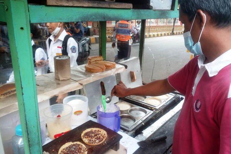 Para pedagang yang biasa mangkal di sekolah menyambut gembira kegiatan pembelajaran tatap muka terbatas yang sudah berjalan hampir sebulan di Kabupaten Cianjur, Jawa Barat.