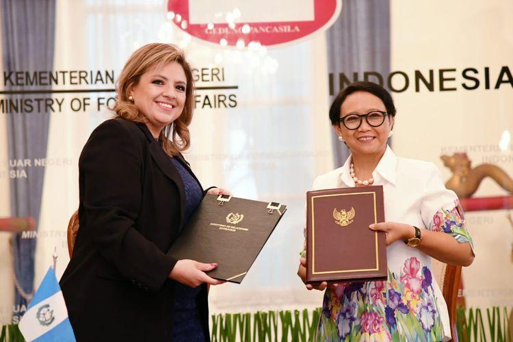 Menlu Indonesia Retno Marsudi dan Menlu Guatemala Sandra Erica Jovel Polanco menandatangani Memorandum Saling Pengertian mengenai Pembentukan Konsultasi Bilateral.