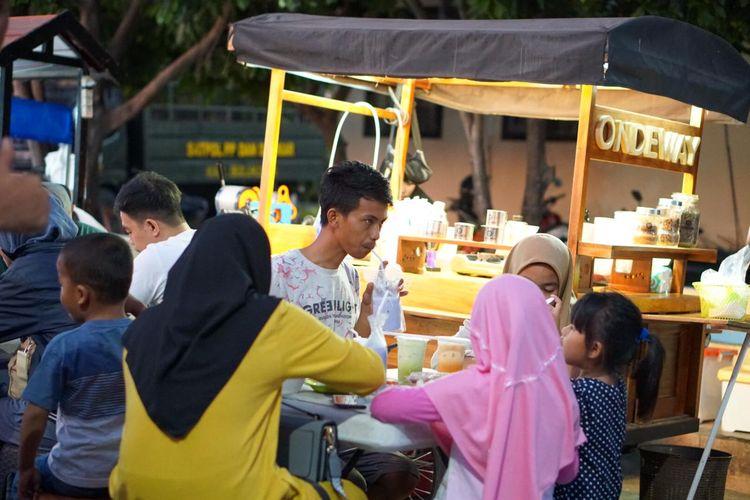 Suasana pengunjung menikmati kopi di Ondeway Coffee, Lapangan Pemuda, Kabupaten Bulukumba, Sulawesi Sulawesi. Apa saja yang termasuk UMKM? Dok Awal
