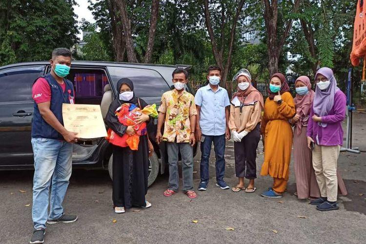 Ibu pasien RSLI Surabaya dan bayinya yang dilahirkan saat perawatan dijemput keluarganya Jumat (24/9/2021)